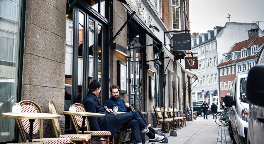 I januar fik to af Berlingskes journalister serveret gin og tonic på Café Dan Turell, selvom cafeen ikke havde nogen alkoholbevilling. Nu har Café Dan Turéll igen fået lov til at servere alkohol.