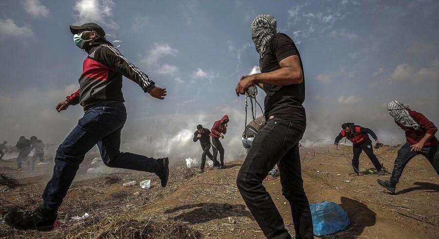 Protesterne har stået på siden 30. marts. Demonstranterne forlanger at få ret til at vende tilbage til boliger, som i 1948 blev beslaglagt af Israel. Gazas sundhedsministerium oplyser, at op mod 300 mennesker er blevet såret under demonstrationerne, skriver AFP. EPA/MOHAMMED SABER