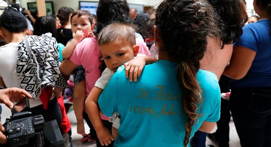 Det er fortsat uvist, hvad der skal ske med 2300 børn, som sammen med deres far og mor ulovligt har krydset grænsen fra Mexico til USA.