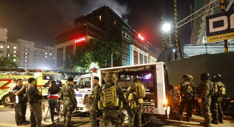 epa06004497 Smoke rises from the The Resorts World Manila hotel and casino complex as police maintain security in Pasay City, south of Manila, Philippines 02 June 2017. Police responded following gunshots that rang out at Resorts World, as security forces continue to pursue leads in locating at least one reported armed suspect. EPA/ROLEX DELA PENA
