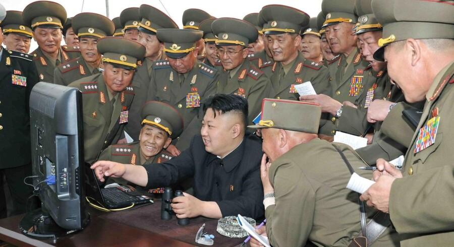 Nordkoreas diktator, Kim Jong-un,dominerer på de få netsteder, som findes i det lukkede land. Her ses han på et udateret billede fra 2014 sammen med en række højtstående soldater. Arkivfoto: EPA/KCNA/Scanpix