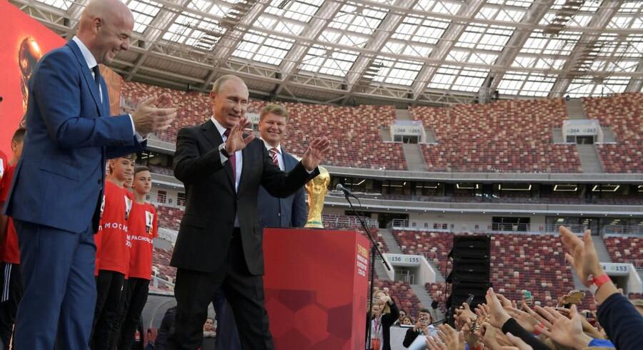 Senere i dag overværer Vladimir Putin åbningen af et fodbold-VM, som Rusland har arbejdet hen imod i ni år.