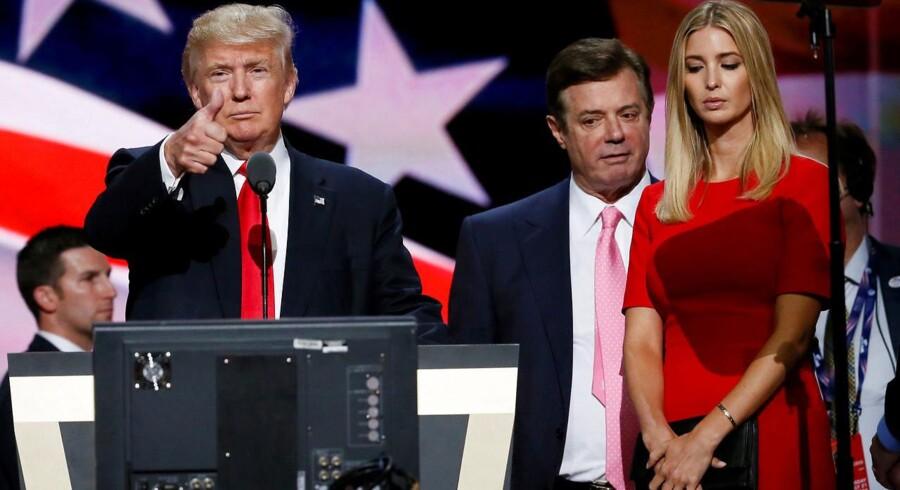 Paul Manafort (imellem Donald Trump og Trumps datter, Ivanka) under Republikanernes konvent sidste måned.