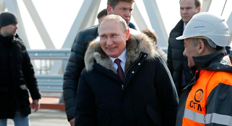 Vladimir Putin indvier i dag en bro til Krim-halvøen, der blev annekteret af Rusland i 2014.
