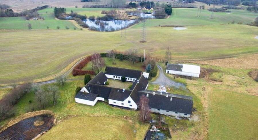I Fredensborg ligger denne landejendom på godt 23 hektar, der er til salg for knap seks millioner.