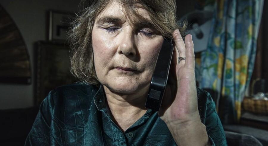 100 danskere med den pinefulde Horton hovedpine har nu - som Dorte Kamper - fået en chip i kraniet, som de ved hjælp af en fjernebetjening kan få til at udsende neuro-stråler, der skal stoppe eller mildne anfaldet.