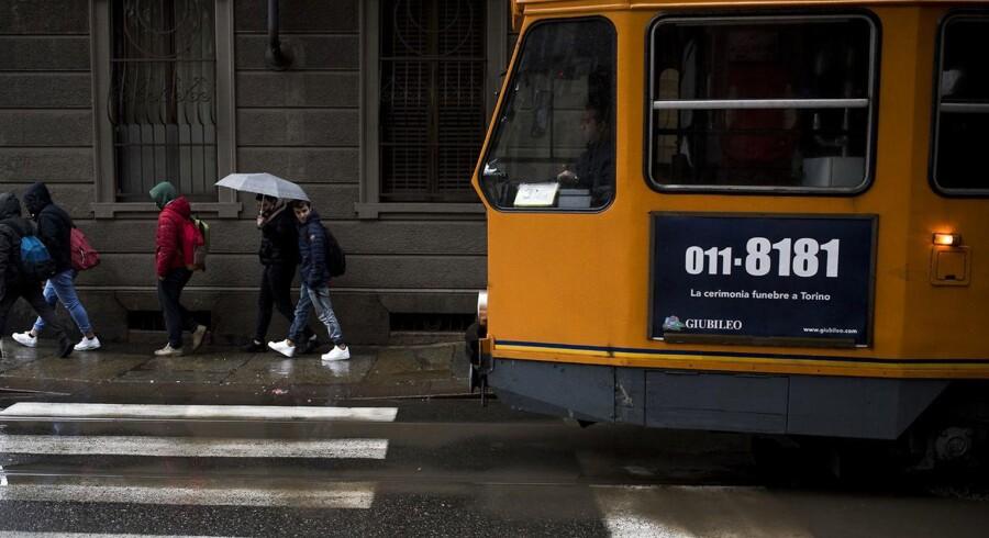 De mange reklamer for begravelsesfirmaer i Italiens offentlige transportmidler - her en sporvogn i Torino - fortæller alt om et samfund med fokus på de ældre generationer, der har glemt sine unge. Foto: Mads Joakim Rimer Rasmussen.