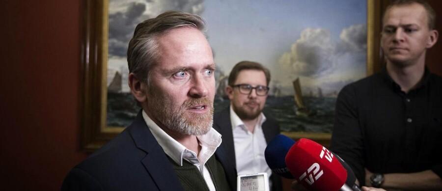 »Regeringens liv er altid på spil,« sagde LA-leder Anders Samuelsen på vej til mødet med regeringstoppen i Statsministeriet sammen med Simon Emil Ammitzbøll-Bille.
