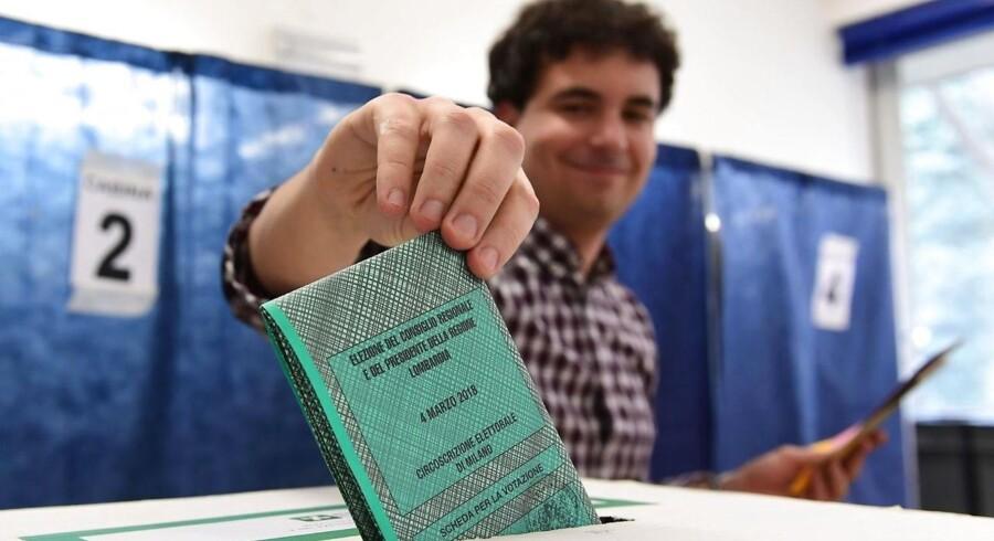 Italiens centrum-højre-alliance bliver ifølge valgstedsmålinger størst ved søndagens italienske valg. / AFP PHOTO / Miguel MEDINA