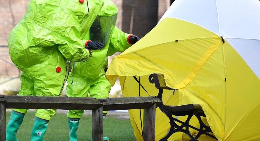 Specialister fra Storbritanniens kemiske beredskab forsøger her at forsegle den bænk i Salisbury, hvor en russisk spion og hans datter i søndags faldt om efter et nervegiftattentat.