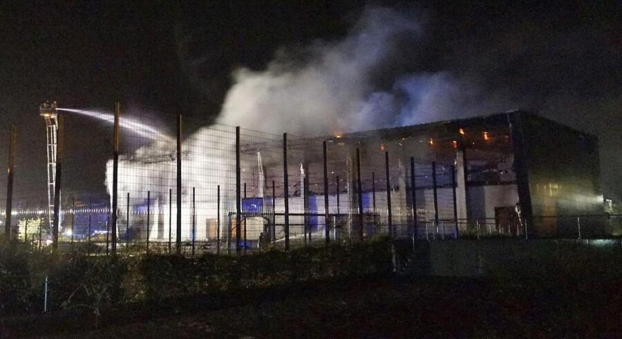 Brandmænd kæmper mod flammerne ved Oberstufenzentrum Havelland i Nauen, der huser 100 flygtninge.
