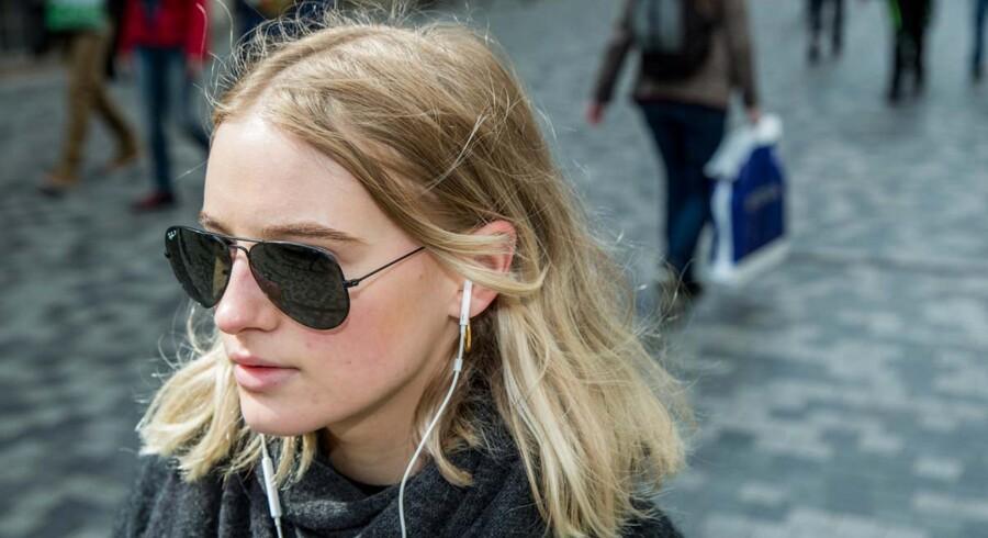 Børn og unge bør kun høre musik en time dagligt, anbefaler organisationen WHO.