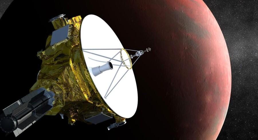 New Horizons er lykkeligt sluppet væk fra Jordkloden, før selfie-sticken blev opfundet, så den har ikke taget billedet af sig selv. Det er en kunstnerisk fremstilling af, hvordan sonden så ud, mens den fløj forbi Pluto.