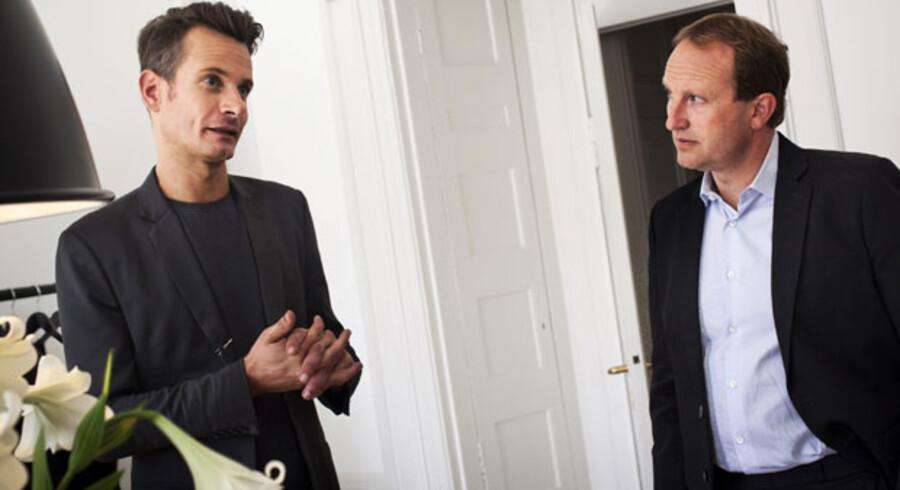Bæredygtigheden har også fundet vej til den radikale klimaminister Martin Lidegaards garderobe. Som optakt til modeugen åbnede han i går en udstilling om bæredygtig mode - og fik hos designer David Andersen (tv.) sit nye bæredygtige jakkesæt, som Martin Lidegaard lover vil blive flittigt brugt.