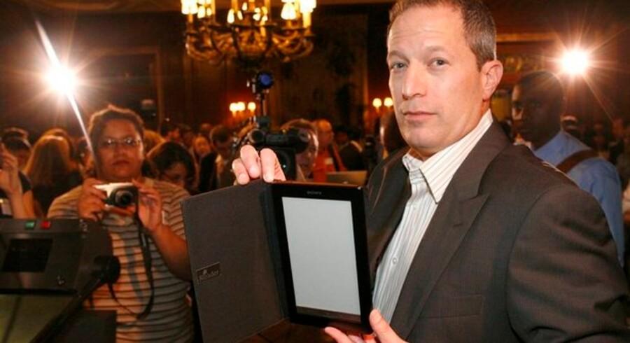 Sådan ser den ud, Sonys nye Reader Daily Edition, som direktøren for Sonys digitale division, Steve Haber, her viser frem. Foto: Brendan McDermid, Reuters/Scanpix