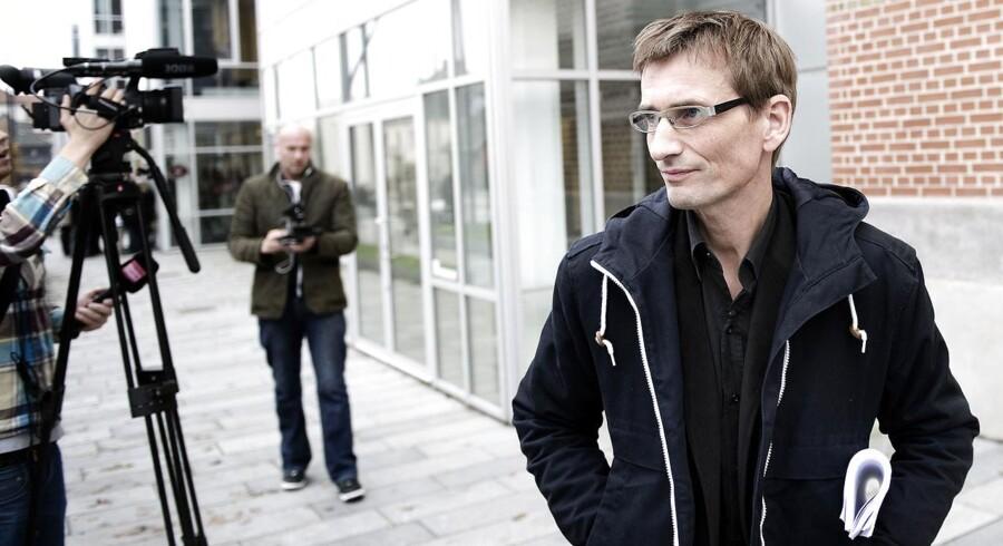 Den danske våbensmugler Niels Holck er stadig klar til en retssag – så længe den er fair og i sikre rammer. Senest har det betændte dansk-indiske forhold fået eksporten til at styrtdykke.