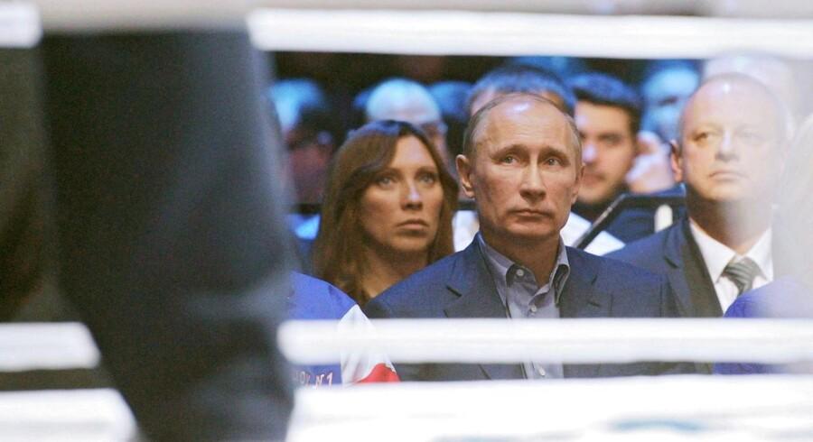 En rapport fra det internationale doping-agentur (WADA) anbefaler at smide Rusland ud af al international atletik. Her ses løberen Svetlana Masterkova (tv) og Ruslands præsident, Vladimir Putin (im).