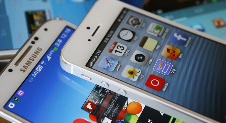 Striden mellem Apple og Samsung om designet på mobiltelefoner er den højst profilerede patentstrid til dato. Her skal Samsung betale et milliardbeløb til Apple for at have ladet sig inspirere lidt for meget af Apples design, har en domstol bestemt. Arkivfoto: Kim Hong-Ji, Reuters/Scanpix