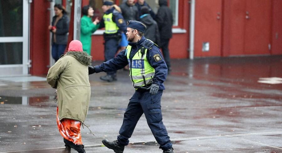 Svensk politi bekræfter at én er død og fire såret i skolestikkeriet.