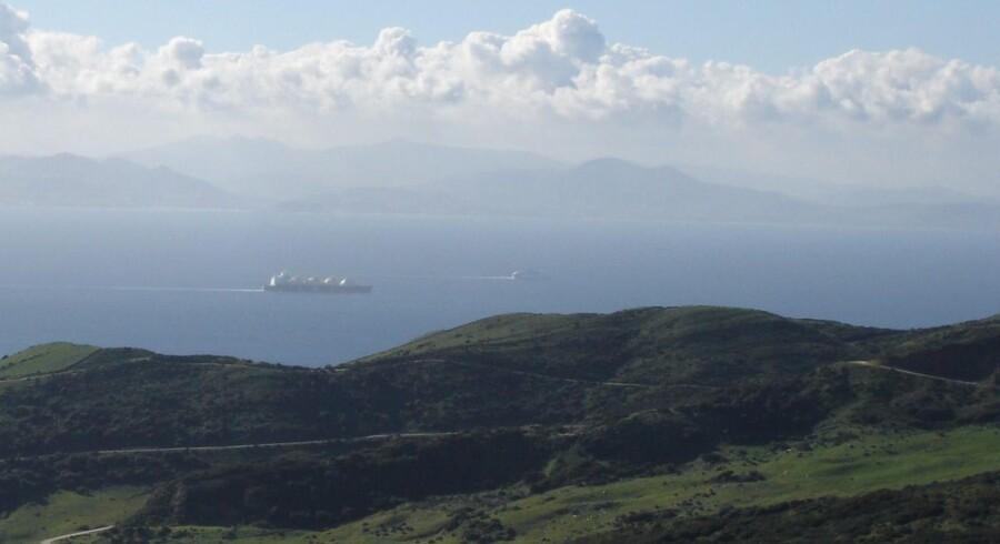 Et sydspansk blik ud over det blot 14 kilometer smalle Gibraltarstræde mod Afrika, der fortsætter sin beslutsomme kurs mod den europæiske kontinentalplade og den endelige afvikling af Middelhavet.