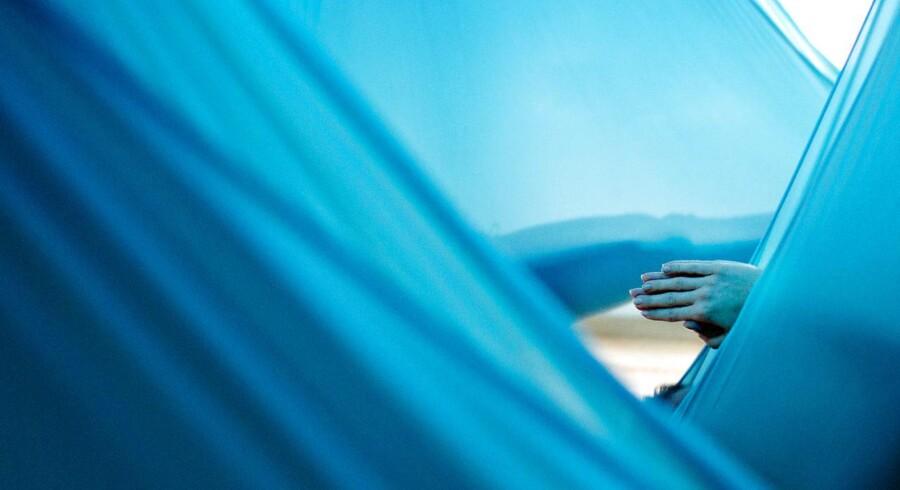 Aerial Yoga. Aerial er en af de absolut nyeste retninger indenfor yoga. Fra New York, kreativt og energisk beskriver aerial yoga. Unnata betyder opløftet og denne type yoga foregår ved at bruge en særlig type hængekøje, der er fastgjort i meget stærke ophæng fra loftet. Tyngdekraft og opdrift fra det løft man får fra silkestoffet bruges både til at støtte og løfte.