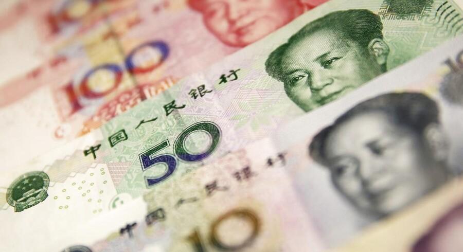 Den kinesiske valuta bliver svækket efter svage og skuffende PMI-tal i morges, som også gav et dramatisk fald på de kinesiske aktiemarkeder.
