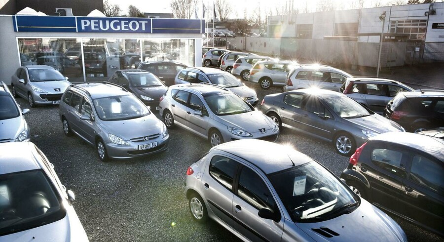 »Selvom det er faldet, er antallet af nye biler, der ruller ud på vejene, stadig meget højt. Det skal gå meget mærkeligt til, hvis ikke 2015 kommer til at sætte ny rekord,« vurderer privatøkonom.
