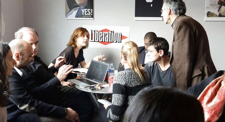 Redaktionen på Charlie Hebdo er rykket ind hos det franske dagblad Liberation efter det voldsomme terrorangreb, hvor ti ansatte blev dræbt.