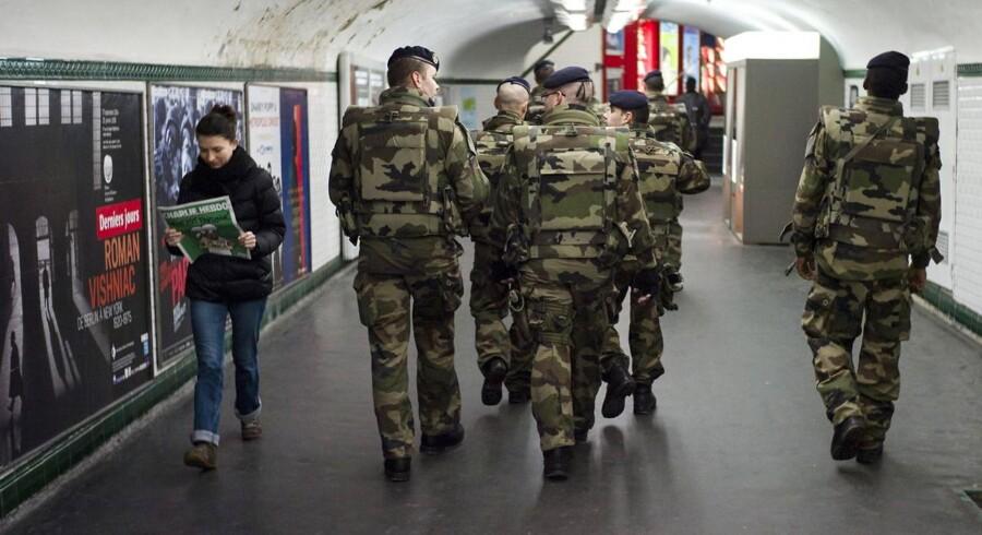 I Frankrig er tusindvis af soldater blevet udkommanderet til at bevogte såkaldt »følsomme steder«, og metrostationen Trocadéro i Paris er et af dem. Landet er i højeste alarmberedskab efter terrorangreb-ene tidligere på måneden, og de voldsomme attentater har fået blandt andet Europol til af efterlyse endnu bedre muligheder for at overvåge formodede terrorister og dermed forhindre nye angreb. Foto: Yoan Valat