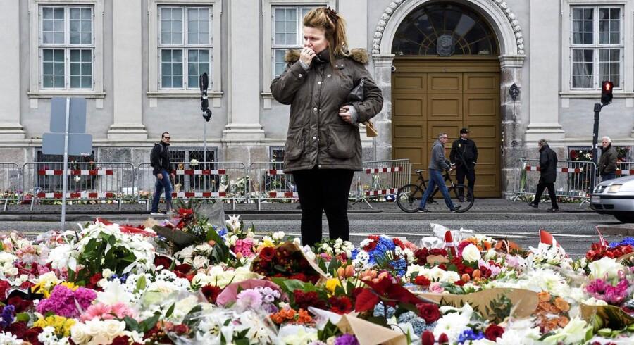 I forhold til danskerne har terroristerne, der slog til i Paris for en uge siden, ikke nået deres mål om at skabe frygt og splittelse - tværtimod. Knapt ni ud af ti danskere gør, som de plejer at gøre. Billedet er fra den franske ambassade på Kongens Nytorv i København, hvor danskere lægger blomster til minde om de dræbte ved terrorangrebene i Paris.
