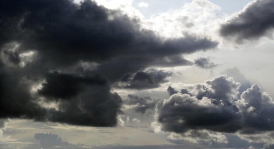 Lørdag og søndag er der risiko for regn- og tordenbyger især i de østlige egne, oplyser DMI.