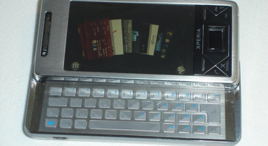 Sådan ser den ud, Xperia-mobiltelefonen fra Sony Ericsson, som nu kommer med dansk tastatur og med dansk software. Foto: Thomas Breinstrup