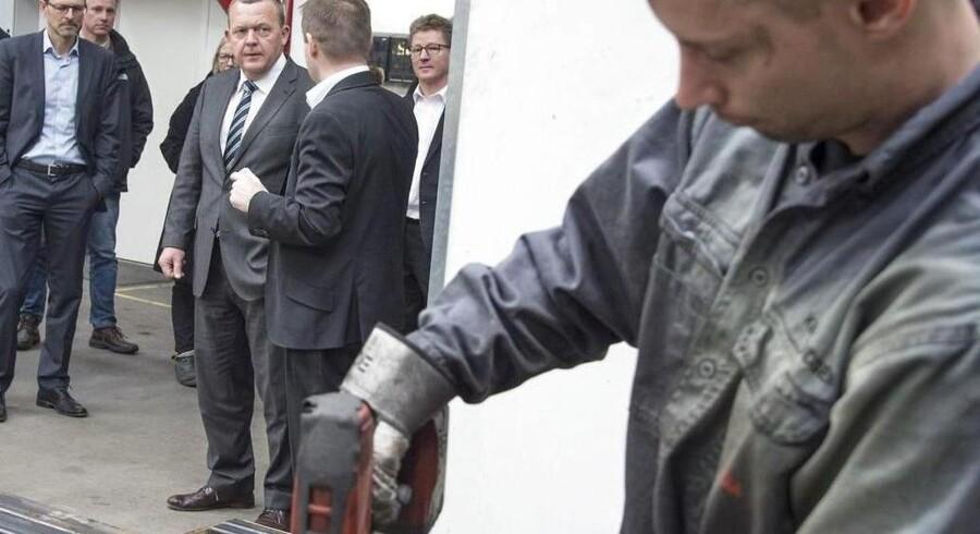 Venstres kampagne, der henvender sig til »det arbejdende folk« i bred forstand, skal bringe partiformand Lars Løkke Rasmussen - der her er på besøg på virksomheden System TM i Odder - retur til Statsministeriet. Men på plakaten bliver han ikke brugt.Foto: Kim Haugaard