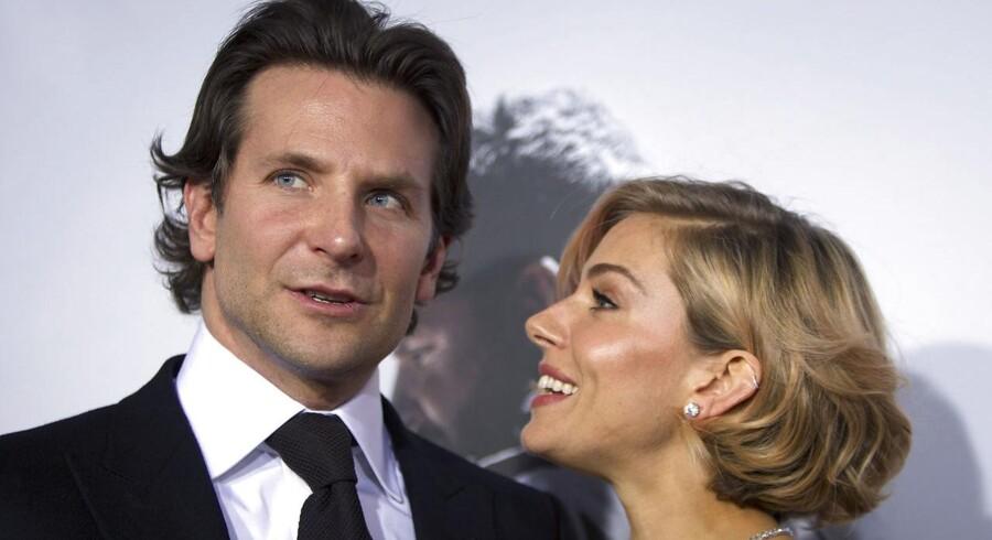 Castello-ostens to medspillere Bradley Cooper og Sienna Miller på den røde løber.