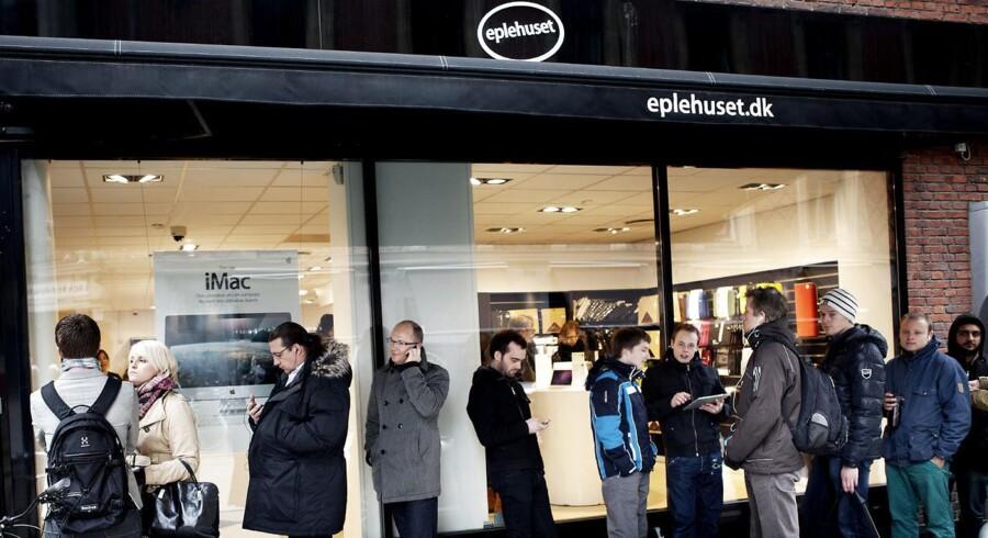 Eplehusets syv butikker i Danmark bliver fra 1. september en del af Humac-kæden. Her et glimt fra 2011, da folk ventede på, at Apples iPad 2 kom i handelen. Arkivfoto: Christian Als, Scanpix