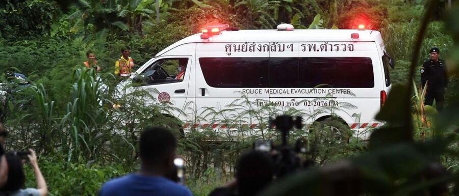 Siden den 23. juni har 12 drenge og deres fodboldtræner været indespærret i den såkaldte Tham Luang-grotte i det nordlige Thailand. Søndag blev redningsarbejdet påbegyndt, og indtil videre er fire drenge reddet i sikkerhed og kørt på hositalet. AFP PHOTO / Lillian SUWANRUMPHA