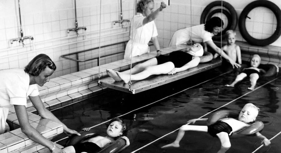 1950 - På Ortopædisk Hospital i Århus trænes polioramte børn i badeafdelingen.