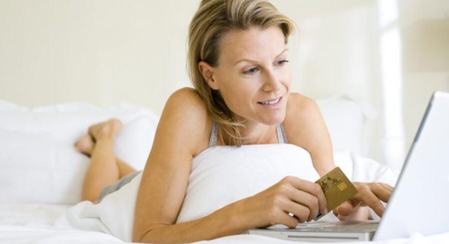 Selv om de fleste fortsat vælger at gå i en fysisk forretning, køber mange ind på nettet - faktisk bruger mændene flest penge. Foto: Colourbox