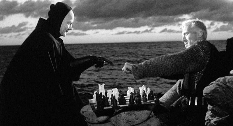 """""""Det syvende segl"""" fra 1957 af Ingmar Bergman foregår under den store pest i 1300-tallet. Antonius Block i Max von Sydows skikkelse møder Døden, spillet af Bengt Ekerot - men et slag skak giver ham en smule udsættelse. Foto fra filmen"""