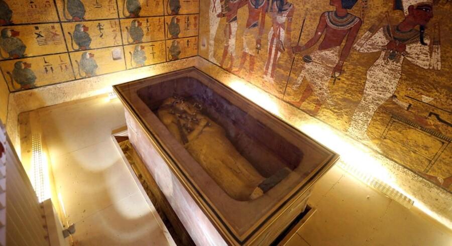 Bag væggene i Tutankhamons gravkammer i Kongernes Dal nær Luxor i Egypten mener arkæologer at have fundet et hemmeligt rum, hvor den forsvundne dronning Nefertiti kan ligge begravet.