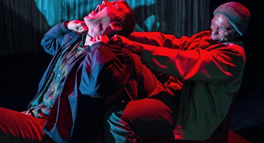 Du må ikke slå ihjel: Thomas Levin kvæler Elliott Croset Hove i Betty Nansen Teatrets »Dekalog«. Foto. Thomas Petri