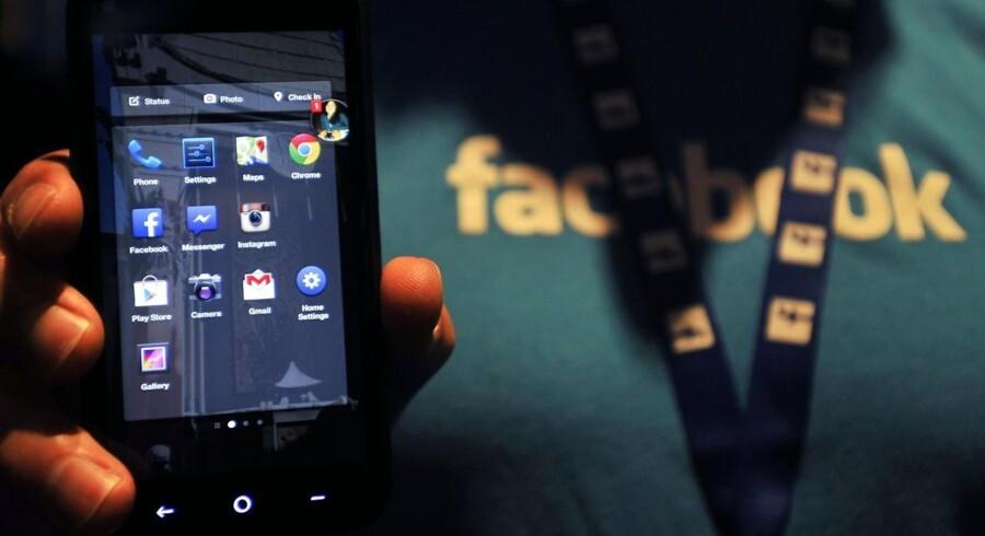 Facebook Home skubber den normale Android-brugerflade og -programmer i baggrunden og lægger Facebook forrest. Men brugerne gider det ikke, og nu står stort mobilselskab også af. Foto: Josh Edelson, AFP/Scanpix