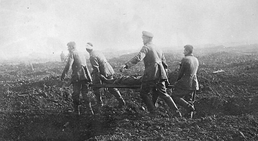 Slaget ved Somme var et slag i Første Verdenskrig, hvor britiske og franske tropper kæmpede imod tyskerne. Slaget fandt sted mellem den 1. juli og den 18. november 1916 og var det største slag i Første Verdenskrig. Mere end en million mænd blev såret eller dræbt, hvilket gør det til et af de blodigste slag i menneskets historie. Her bærer tyske fanger en båre under slaget ved Somme i november 1916.