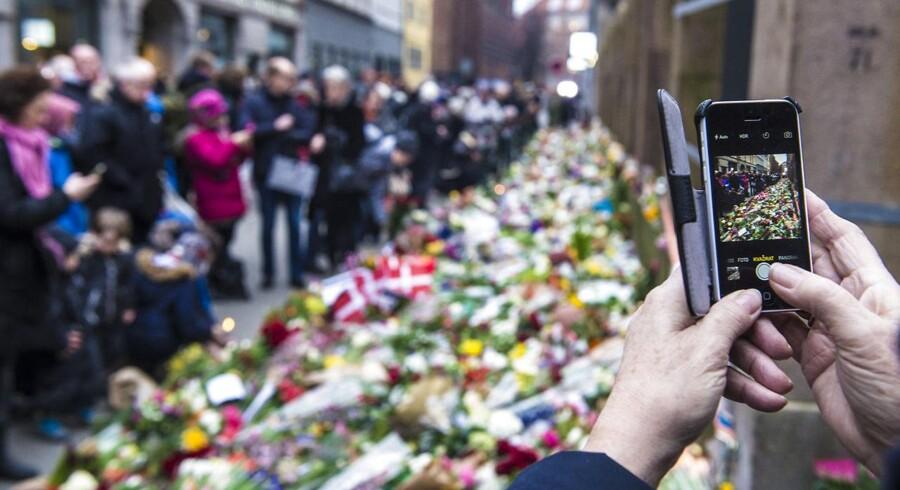 Blomster ved den ved den jødiske synagoge i Krystalgade i København.