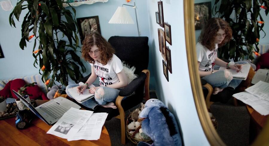 Hvis teenagere laver lektier derhjemme alene en times tid hver dag, får de højere karakterer, end de ellers ville have fået. Arkivfoto: Søren Bidstrup