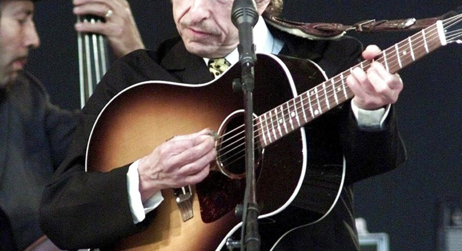 epa00719336 (FILES) A file photo dated 29 June 2001 showing US music legend Bob Dylan performing at the Roskilde Festival in Denmark. Bob Dylan, also known by his real name Robert Allen Zimmerman, will celebrate his 65th birthday on 24 May 2006. EPA/Niels Meilvang