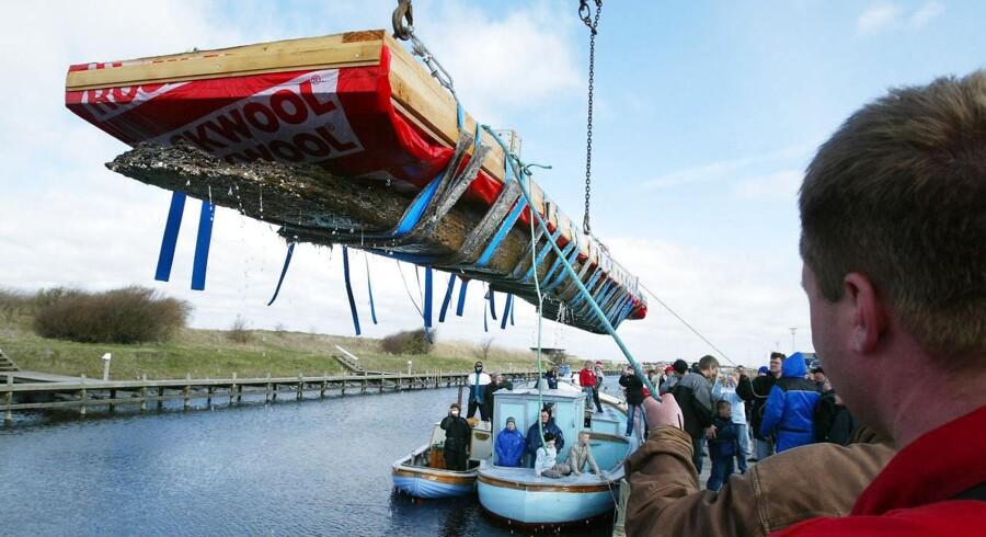 En stammebåd fra ca. 1300 lavet af en udhulet træstamme hives i land i Løgstør. Arkivfoto: Henning Bagge