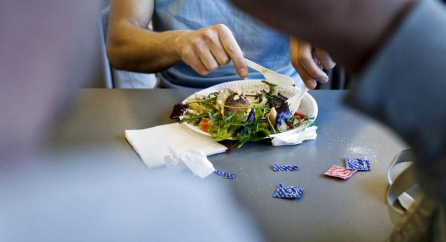 Hvad gør du når din chef efterlader brugt service, brødkrummer og aviser på bordet efter frokost, og du selv prøver at opretholde en ren frokoststue?