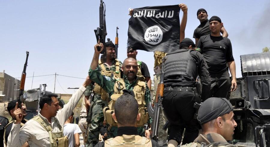 Saudi-Arabien deltager i den internationale koalition mod Islamisk Stat. Men terrororganisationen trækker også tråde ind i det store olieland, hvor en gruppe af dens tilhængere i video påstår, at de stod bag skyderiet mod en Arla-ansat dansker.