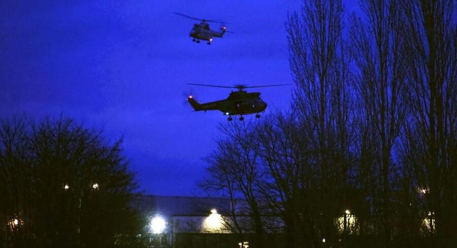 Helikoptere flyver over bygningen i den lille by Dammartin-en-Goële, hvor brødrene Kouachi fredag barrikaderede sig.